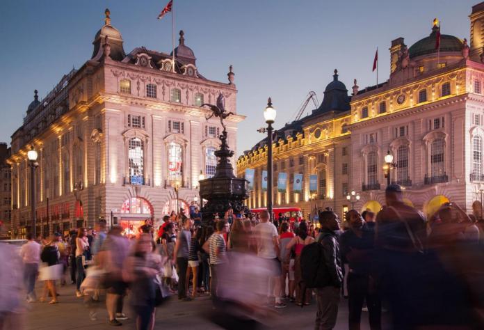 Resultado de imagen para Fotos de la glorieta de Piccadilly Circus, en Londres