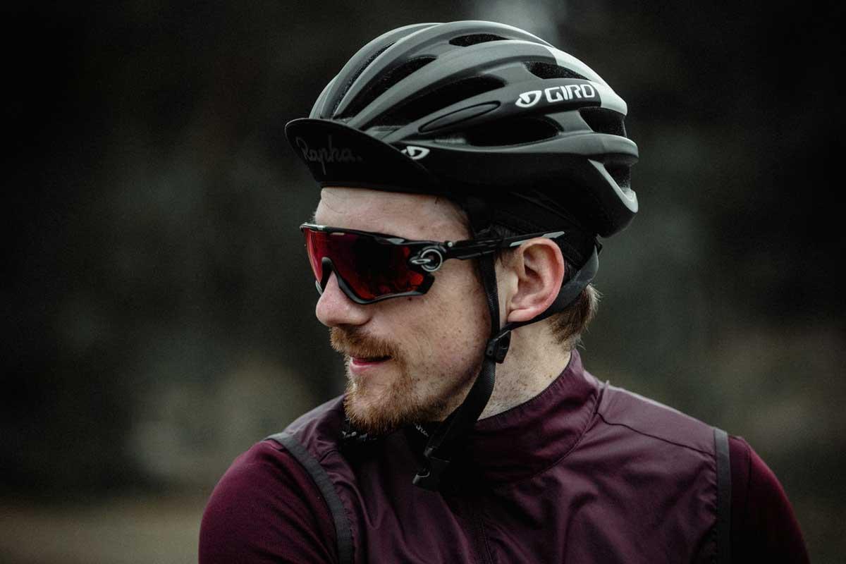 cycliste avec des lunettes et un casque