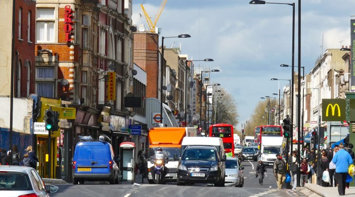 Buses and cars in Kingsland High St Lon just N of Dalston junction 26072013 © david.altheer@gmail.com