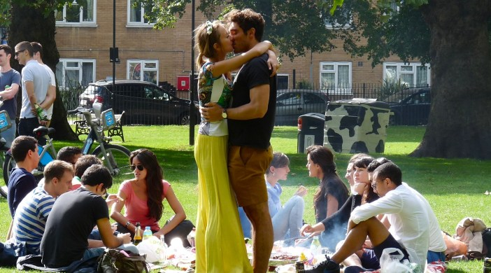 Kiss: London Fields e8 160814 © david.altheer@gmail.com