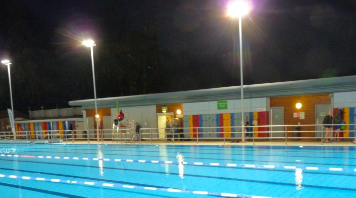 LidoNight14: London Fields Lido floodlight switch-on 11121 © david.altheer@gmail,com