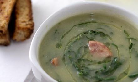 Caldo verde low carb para você saborear no inverno