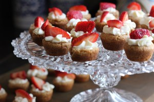 baking mini strawberry cakes