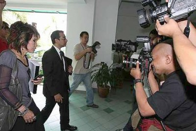 Dr. Pornthip arriving in court. She had revealed that threats were made against her for testifying. A concerned Hishamuddin asks for details so that he can protect her.