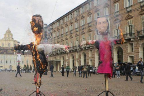 Manichini di Salvini e Di Maio prendono fuoco