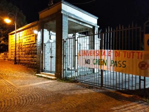 Uno striscione appeso al cancello della Facoltà di Ingegneria dell'Università di Trento