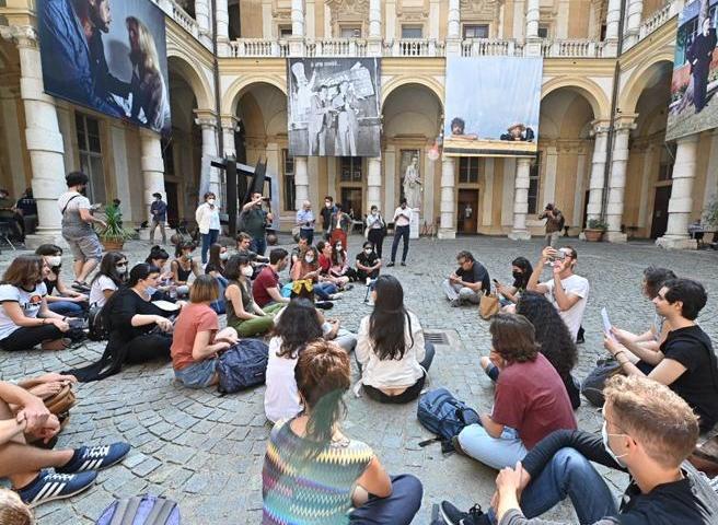 Il sit-in degli studenti di Torino insieme al prof. Ugo Mattei
