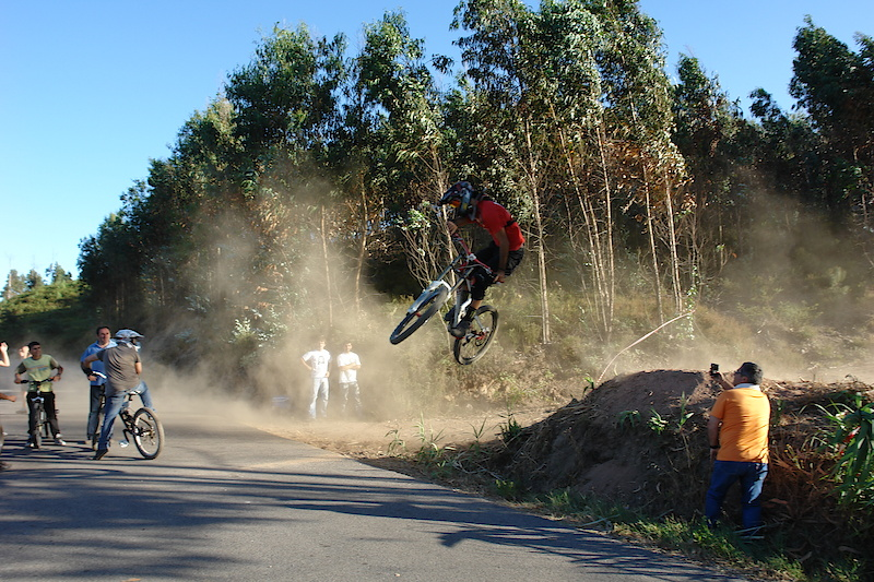 Leo whiping in the dust / foto by Tina