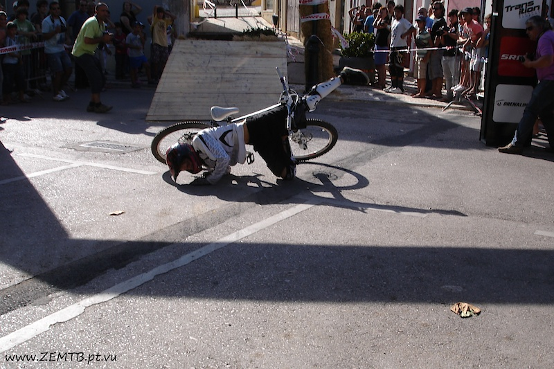 espalho depois do table top (breakdance) xD crash after a jump/photo by tina