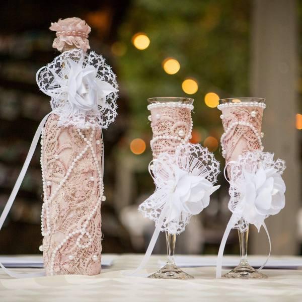 сватбен комплект от кутия за парични подаръци и спомени с чаши и бутилка за вино