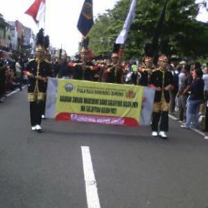 Parade marching band dalam memperebutkan piala Raja Hamengkubuwono di Jalan Malioboro, Sabtu (16/05).