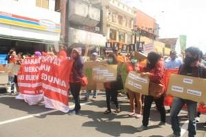 Massa aksi long march di jalan malioboro, (1/5).