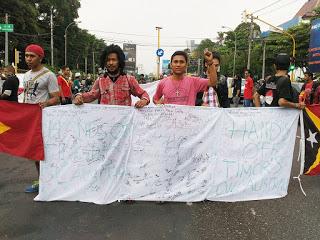 """aksi menolak pencaplokan laut Timor Leste oleh FPD dan mahasiswa Timor Leste di pertigaan UIN Jogja, Selasa 22/03"" (Doc: Rhetor-Faris)"