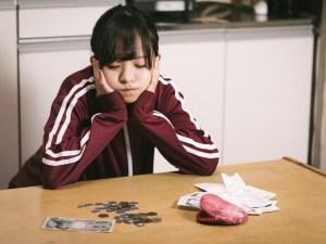 お金に困っている女の子