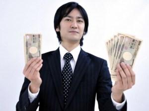 現金を持つ男性
