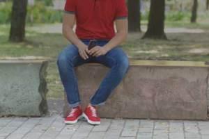 公園のベンチに座る男性