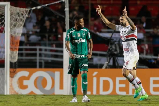 O atacante Lucas Pratto foi o herói da vitória do São Paulo sobre o  Palmeiras por 2 a 0 9d090b4afc3a1