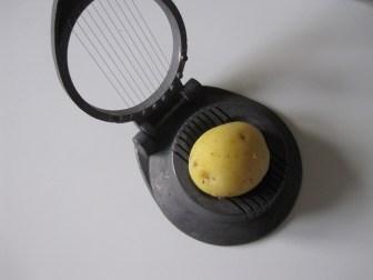 Kold kogt kartoffel i en æggedeler, sådan får man nemt skåret den i pæne, tynde skiver