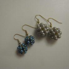 To sæt øreringe med fine perlekugler