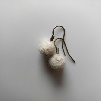Hjemmelavede øreringe med små filtkugler
