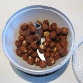 Fremgangsmåde til opskriften på kransekage med nutella. Nødder blendes