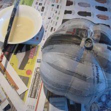 hjemmelavet græskar af ballon - trin 6 papmache