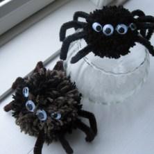 Hjemmelavede edderkopper af pomponer rulleøjne og piberensere