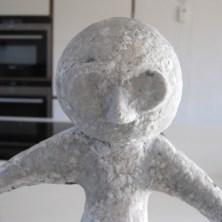 Papmache figur med ansigt lavet af papmache pulp