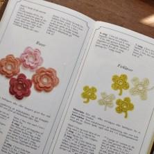 God bog med hæklede blomster - af Aase Westphal