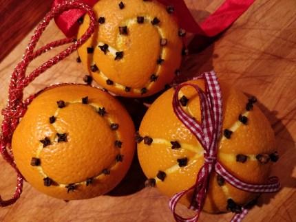 Nem hjemmelavet julepynt. Appelsiner med nelliker