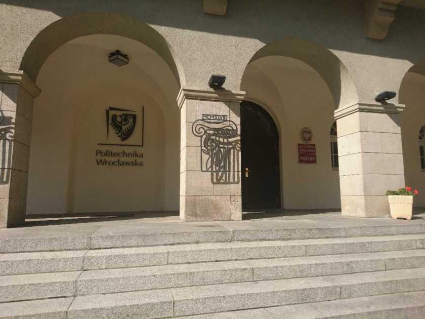Politechnika Wrocławska, wejście do budynku głównego