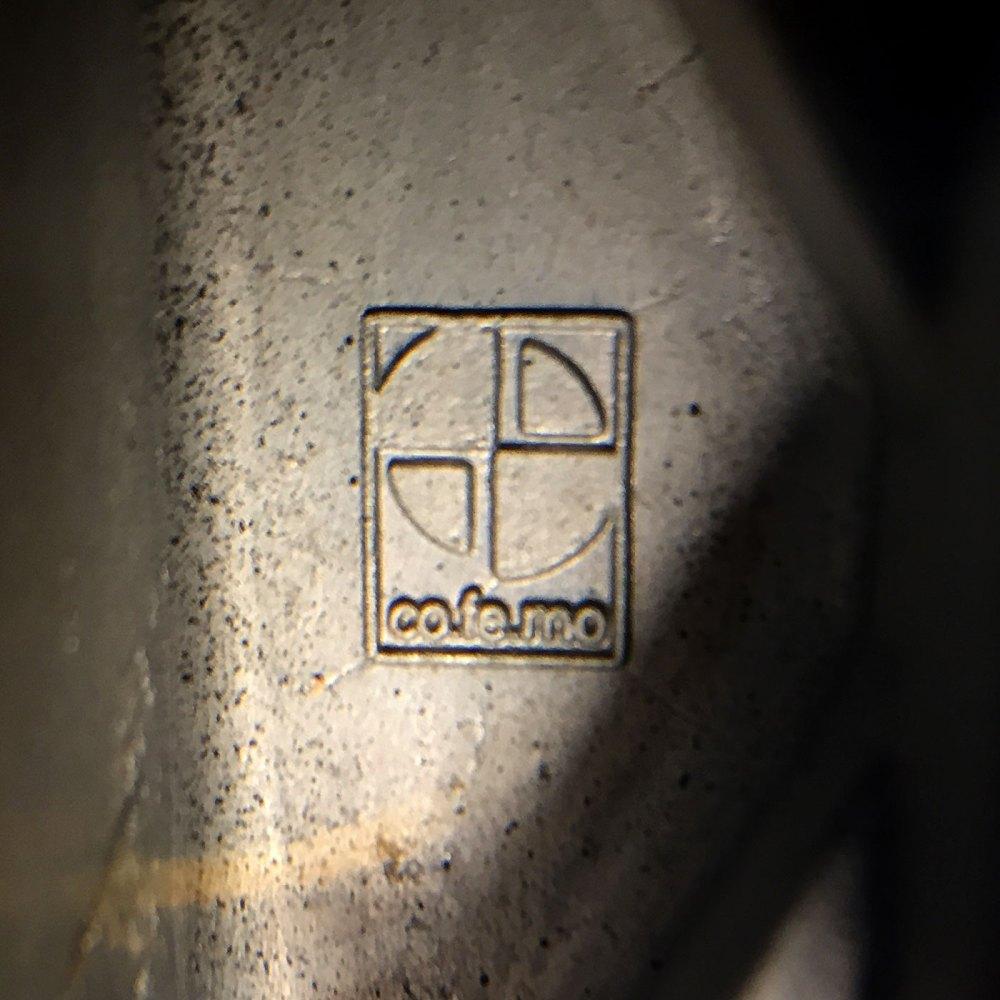 Fauteuil en cuir de l'éditeur italien co-fe-mo dans les années 1980. Fauteuil vintage de salon cuir et fonte d'aluminium chez ltgmood.com luminaires vintage.