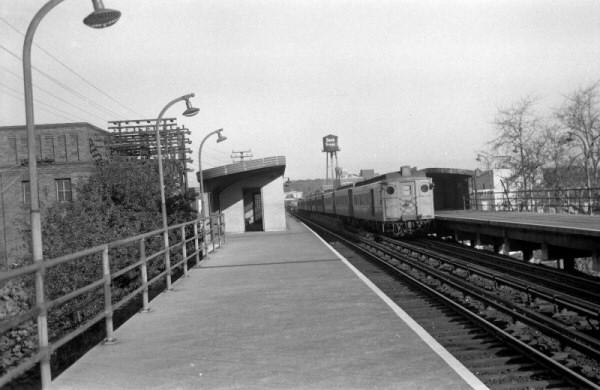 MU_Train_at_Sta-Woodhaven_Jct-View_NE-1950_(Edwards-Keller)