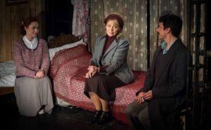 Szexualitás a tragédia árnyékában – A Nők bemutatója a Karinthy Színházban
