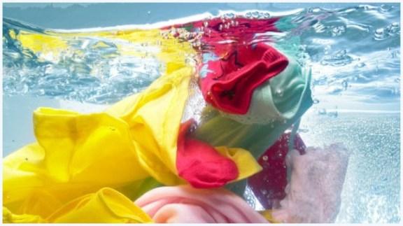 lavando roupa 300x168 - COMO USAR O VINAGRE E O BICARBONATO NA LIMPEZA DA CASA E DAS ROUPAS