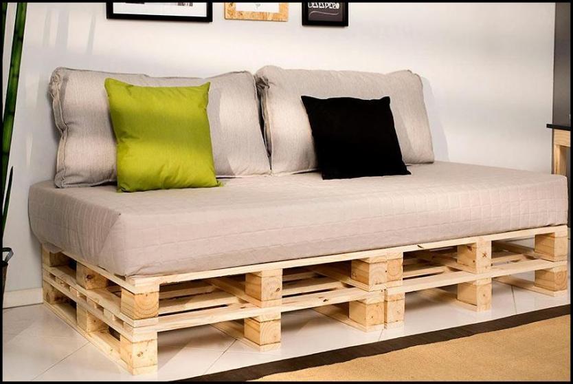 detalhe do sofa produzido com pallet cru - COMO DECORAR SUA CASA GASTANDO POUCO COM PALLETS E CAIXOTES