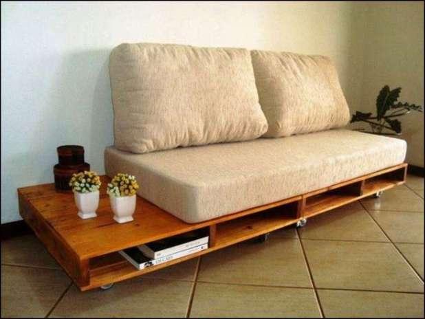 sofá de pallets Foto Silvia Fiori Sala Pinterest - COMO DECORAR SUA CASA GASTANDO POUCO COM PALLETS E CAIXOTES