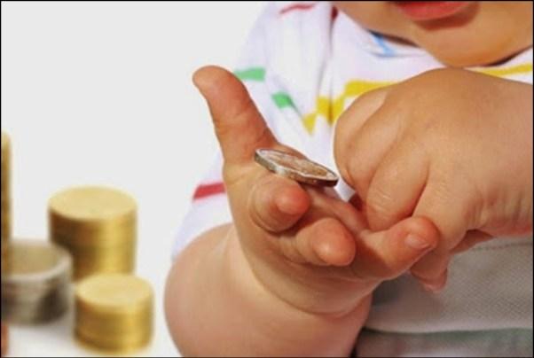 bebe objeto pequeno - DICAS DE SEGURANÇA PARA A PREVENÇÃO DE ACIDENTES COM AS CRIANÇAS