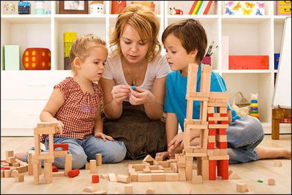 crianças brincando com a familia 7 - COMO ESCOLHER O BRINQUEDO PARA O DIA DAS CRIANÇAS