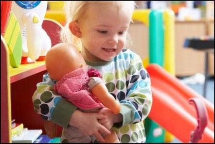 crianca brincando - COMO ESCOLHER O BRINQUEDO PARA O DIA DAS CRIANÇAS