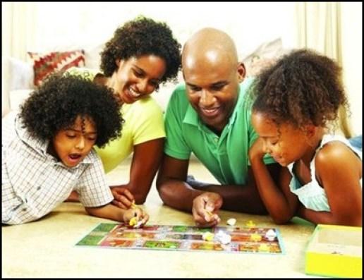 criancas-brincando-com-a-familia