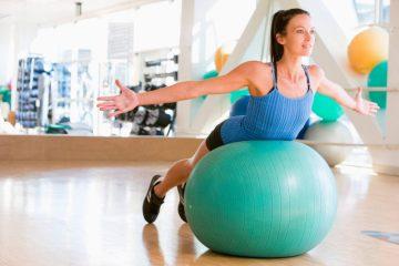 exercicios na bola de pilates e1605574476304 - PILATES:SAIBA TUDO SOBRE ESSA ATIVIDADE FÍSICA