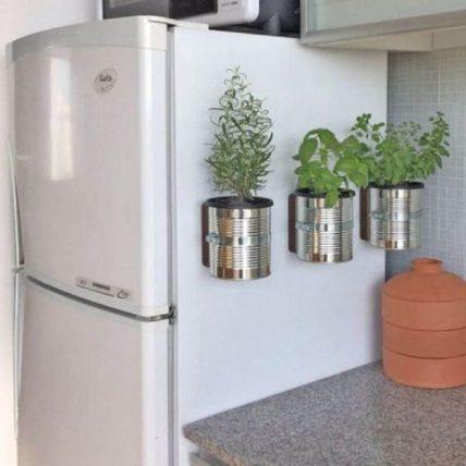 mini horta feita de lata para apartamento e1616695784951 - HORTAS EM APARTAMENTOS E CASAS: COMO TORNAR POSSÍVEL?