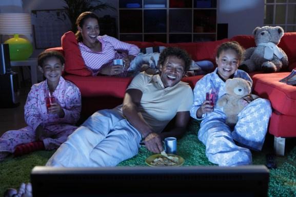 cinema em familia - 10 DICAS PARA APROVEITAR AS FÉRIAS  COM AS CRIANÇAS EM CASA