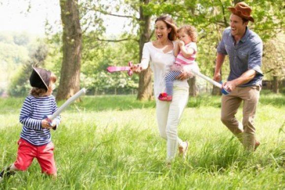familia brincando no parque e1625619107591 - 10 DICAS PARA APROVEITAR AS FÉRIAS  COM AS CRIANÇAS EM CASA