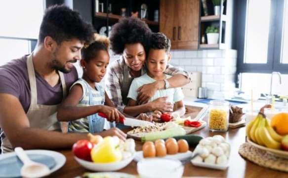 pais e filhos cozinhando - 10 DICAS PARA APROVEITAR AS FÉRIAS  COM AS CRIANÇAS EM CASA