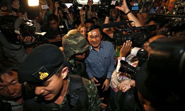 Cựu Bộ trưởng Giáo dục Chaturon bị quân đội bắt giữ ngay khi đang tổ chức một cuộc họp báo ở Bangkok ngày 27/5/2014. Ảnh: The Guardian.