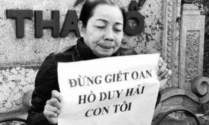 Bà Nguyễn Thị Loan, mẹ của Hồ Duy Hải kêu oan ở Hà Nội. Ảnh: Chưa rõ nguồn.