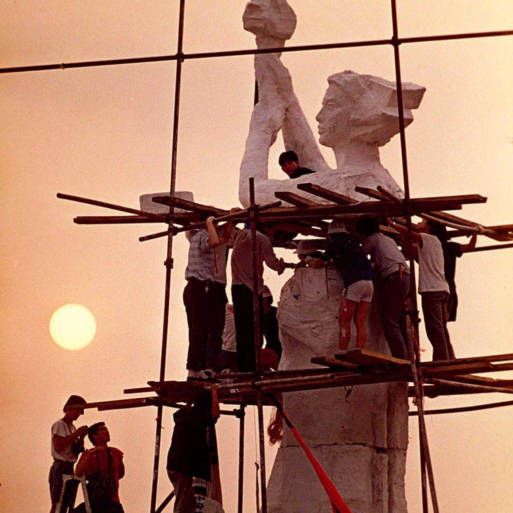 Sinh viên Nghệ thuật Bắc Kinh tạo tượng Nữ thần Tự do ngay giữa Thiên An Môn. Ảnh: Jeff Widener / Associated Press
