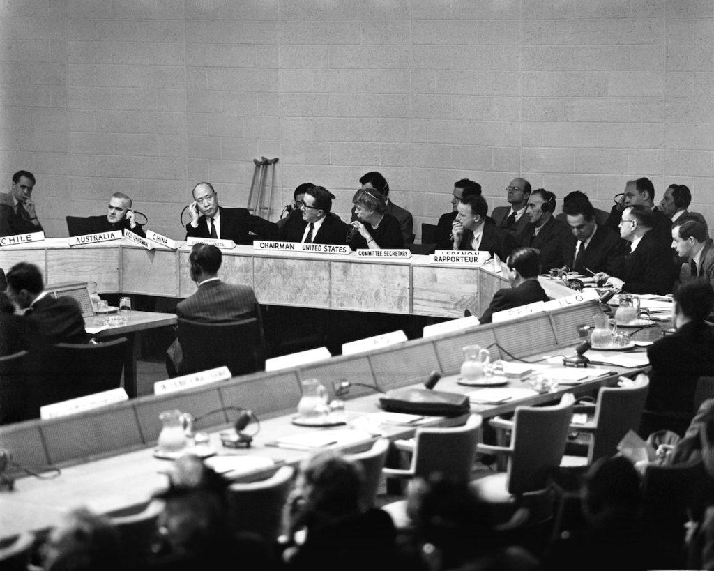 Phiên họp đầu tiên của Ban Soạn thảo Tuyên ngôn Nhân quyền Quốc tế, trực thuộc Ủy ban Liên Hợp Quốc về Nhân quyền, ngày 9/6/1947 tại New York, Hoa Kỳ. Ảnh: universal-rights.org.